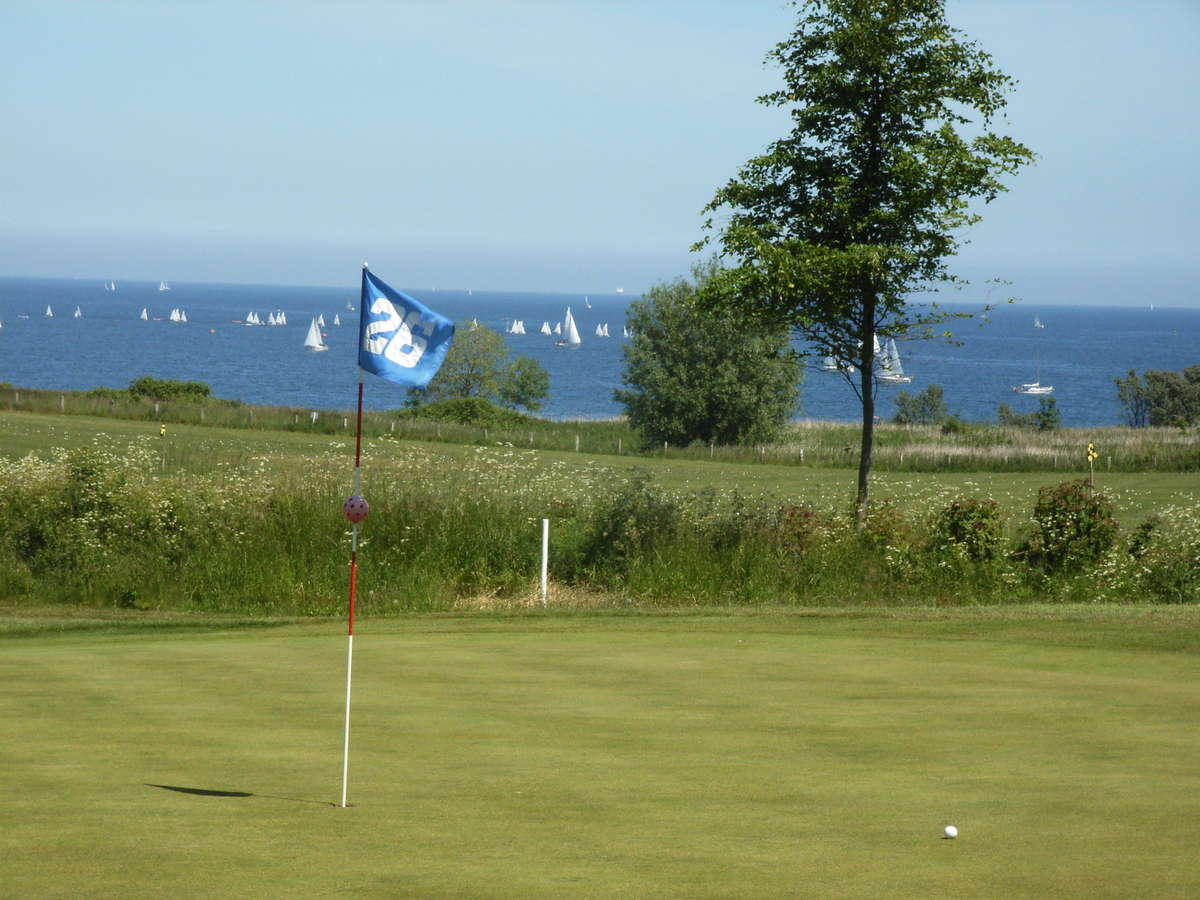 Hole 26 with a view on a regatta-field